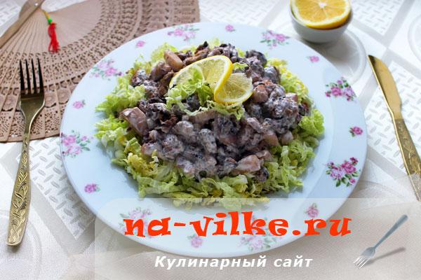 Салат с морским коктейлем и пекинской капустой