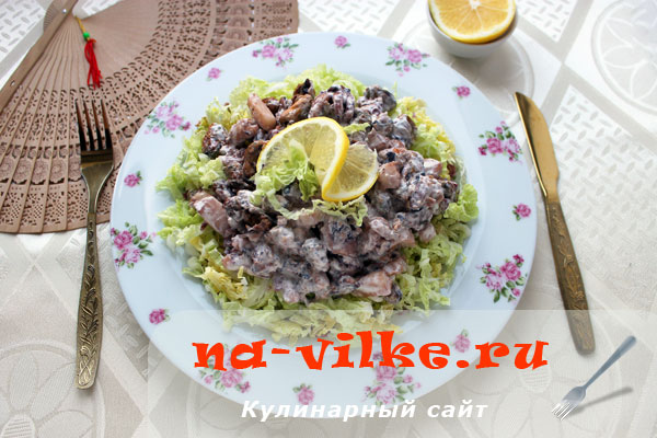 Полезный салат с морским коктейлем и пекинской капустой