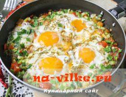 Жареная с овощами и зеленью яичница-глазунья