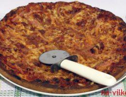 Пицца и нож для пиццы