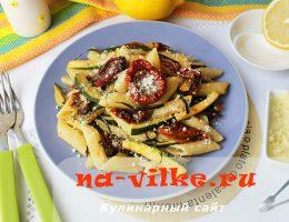 Паста с сыром и овощами, приправленная вином и оливковым маслом