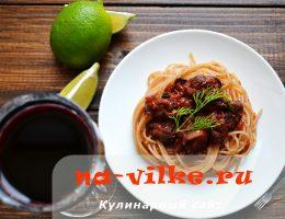 Итальянская паста с морепродуктами в соусе из вина и томатов