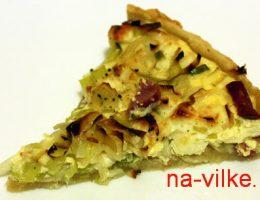 Кусок пирога с пореем, адыгейским сыром и ветчиной