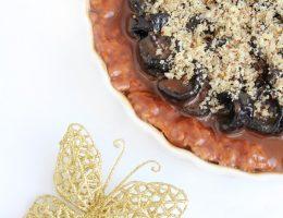 Готовим открытый шоколадный пирог с черносливом и орехами