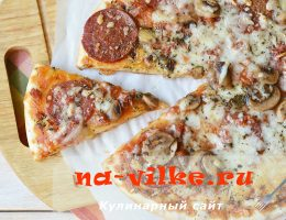 Пицца с колбасой и шампиньонами