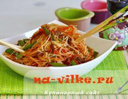 Рисовая лапша со стручковой фасолью и жареным мясом