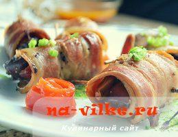 Куриная печень с черносливом и финиками в шубке из бекона