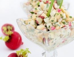 Салат из редиса с сыром и яблоком
