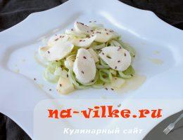 Изысканный салат с сыром моцарелла и овощами