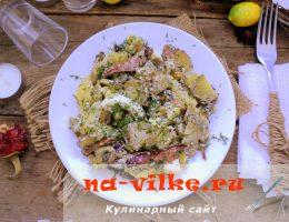 Вкусный салат с охотничьими колбасками, грибами и яйцом