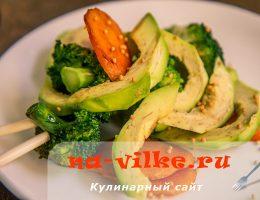 Овощной тёплый салат с авокадо и брокколи