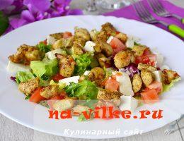 Теплый салат с курицей и помидорами, приправленный карри