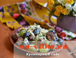 Мясной салат с добавлением винограда и сыра