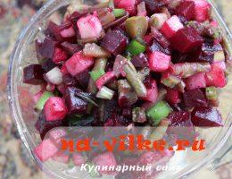 Легкий и полезный салат из свеклы, яблока и стручковой фасоли