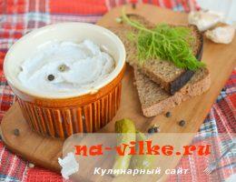 Закуска в виде пасты из сала с чесноком
