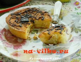 Сливочные маффины с яблочной начинкой, украшенные карамелью