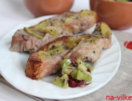 Запечённая свинина с сальсой из киви