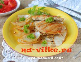 Свинина жареная на сковороде гриль с луком и капустой
