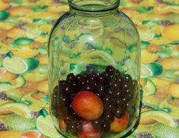 Вишня и абрикосы в банке для компота